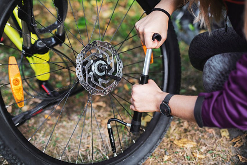 filling-tire-pressure-on-ebike
